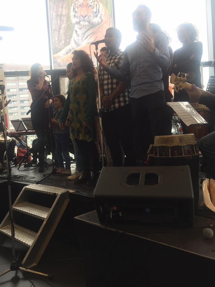 Gekleurd grijs 2 music generations podium voor talent - Grijs gekleurd ...